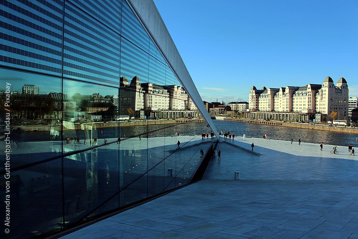 Die einzigartige Architektur des neuen, eindrucksvollen Opernhauses fügt sich durch die Glasfronten perfekt in das Osloer Hafenbild ein.