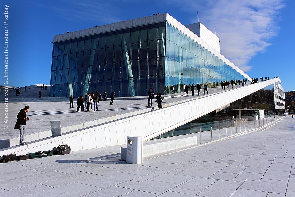 Das Dach des Osloer Opernhauses ist komplett begehbar – hinab bis zur Wasserlinie können Besucher am Hafen schlendern.