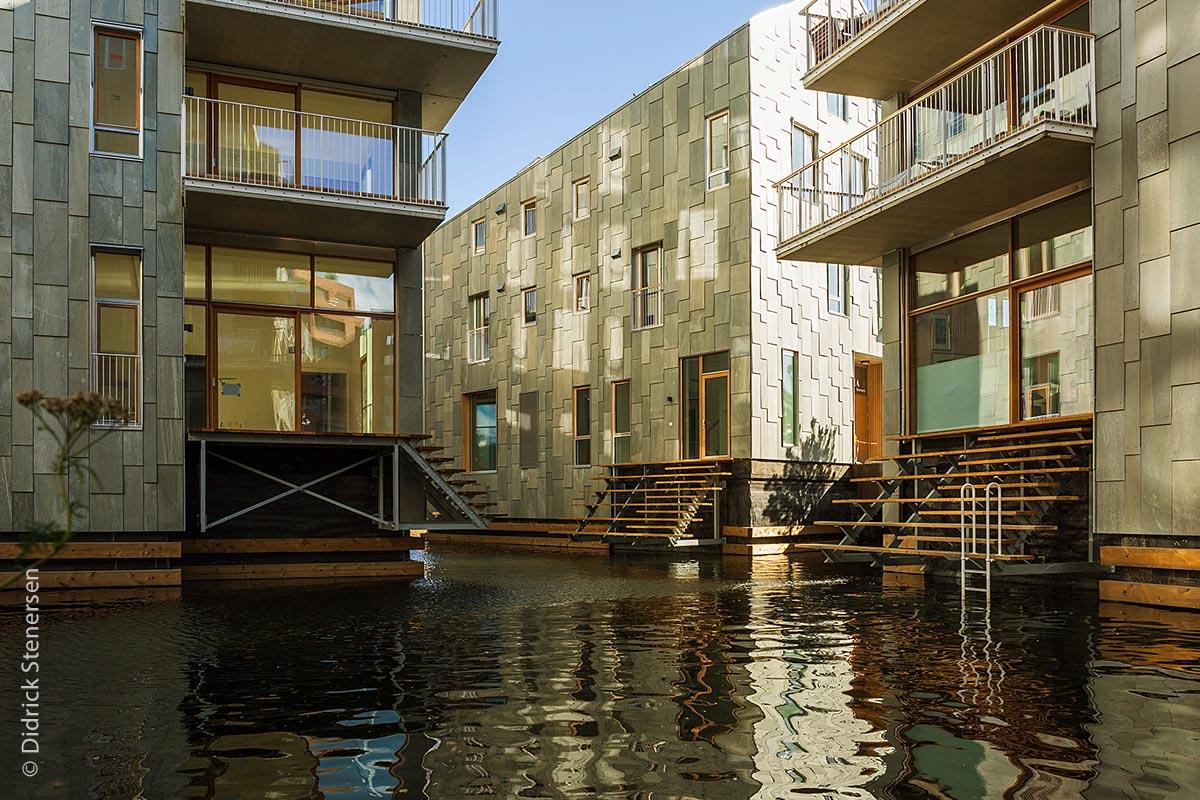 in der Oslobucht befinden sich die einzigartigen, verwinkelten Neubauten des Bispevika-Gebietes mit vielen Wohnungen und Geschäften, mit direktem Wasserzugang.