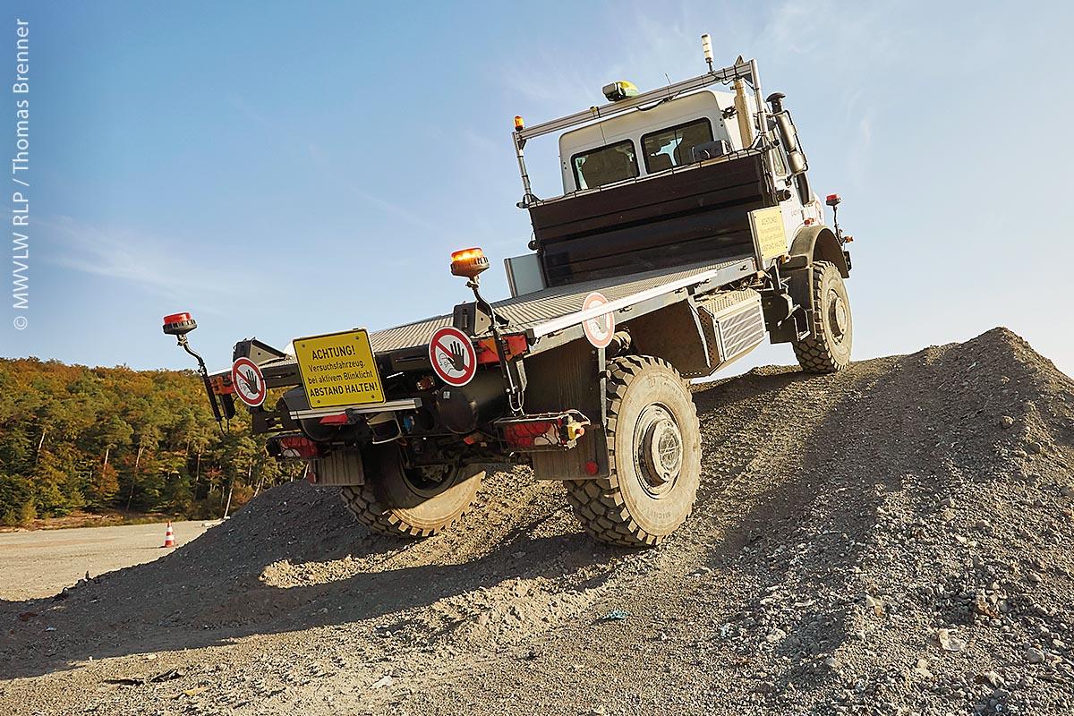 Autonome Navigation über Steigungen und schwieriges Off-Road Gelände: Sicherheitssysteme wie Kollisions- und Überrollvermeidung überwachen das Fahrzeug.