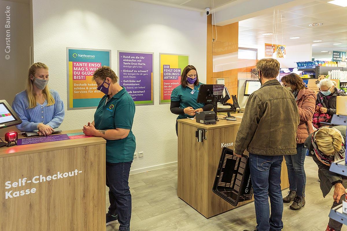 """Die Freude ist groß bei den etwa 1000 Einwohnern von Schnega: Am 23. Oktober 2020 eröffnete der """"Tante-Enso-Laden"""" in dem niedersächsischem Ort. Jung und Alt sind erleichtert, endlich wieder im eigenen Dorfladen einkaufen zu können."""