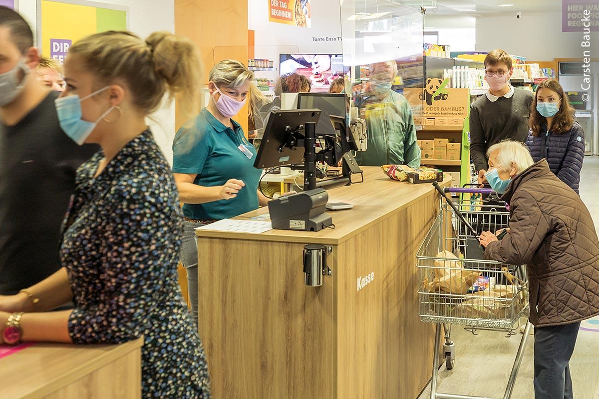 Besonders Senioren, die in kleinen Ortschaften leben, profitieren von den Möglichkeiten, die solch eine Einkaufsmöglichkeit mit sich bringt. Sind die Waren beispielsweise zu schwer, werden diese auf Wunsch auch nach Hause geliefert.