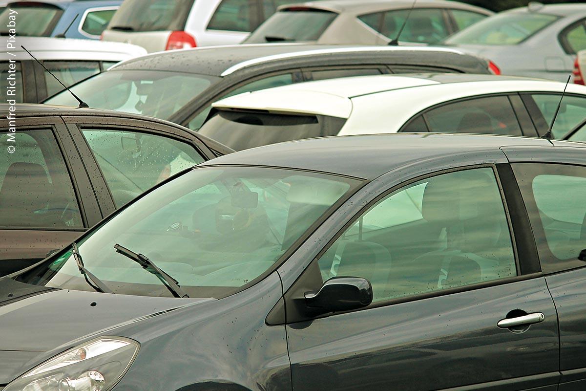 """Mit Ansätzen wie """"Community-based Parking"""" sammeln Fahrzeuge selbst Daten über freie Stellplätze und informieren sich gegenseitig darüber. So kann der Parksuchverkehr reduziert werden."""