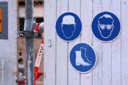 Schutzkleidung sollte auf keiner Baustelle fehlen. Schilder kennzeichnen, welche vor Ort zu tragen ist.
