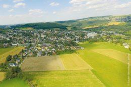 Lauter in Sachsen und das höher gelegene Bernsbach (rechts oben) bilden seit 2013 gemeinsam eine Stadt: Damit aus diesen zwei Kommunen eine werden konnte, war ein struktureller Wandel unabdingbar. Das galt nicht nur im Leben der Einwohner oder in den Köpfen der Menschen, sondern auch in Form von zwei verschiedenen Verwaltungswelten, die verknüpft werden mussten.