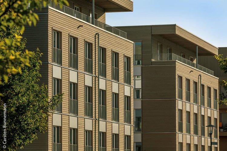 In Würzburg entstanden im Stadtteil Hubland energieeffiziente Wohnhäuser in Holz-Hybrid-Bauweise mit hohem Wärmeschutz und gesundem Raumklima.
