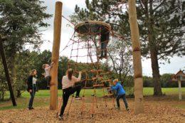 Verschiedene Aufstiegsmöglichkeiten wie eine Leiter, Kletternetz und die Holzpfähle außen fördern die Motorik bewegungsfreudiger Kinder.