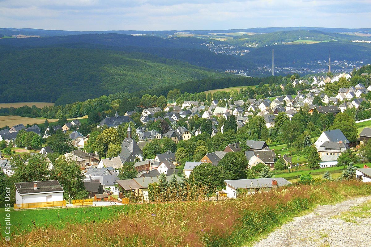 Das etwas kleinere Bernsbach im sächsischen Erzgebirgskreis auf etwa 580 Metern Höhe liegt etwa 100 Meter höher als der Ort Lauter.