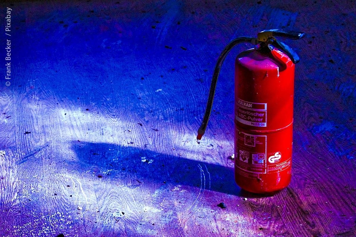 Feuerlöscher steht auf dem Boden