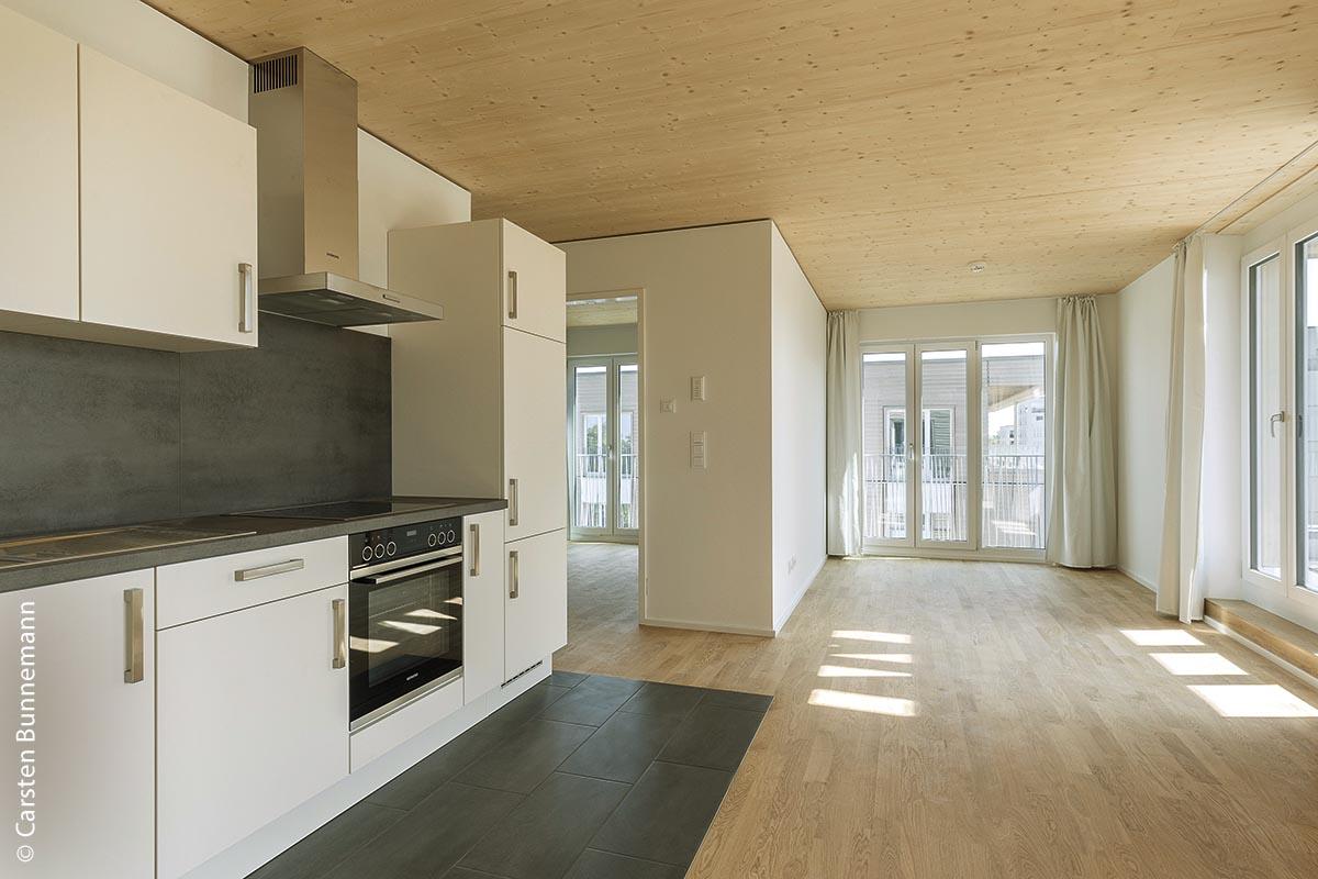 Ein modernes, offenes Wohnkonzept mit Barrierefreiheit und bodenlangen Fenstern – wie hier in Würzburg – bietet auch in geförderten Immobilien der GBI einen hohen Wohnstandard.