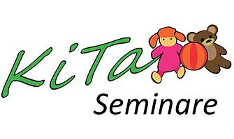 """Kita Seminare Logo - das Logo für die Seminare in Kita, Kindereinrichtungen und Kindertagesstättten. Das Logo zeigt in grüner Schrift den Schriftzug """"Kita"""" daneben sieht man ein kleines Bild, ein Ball und ein Teddybär"""