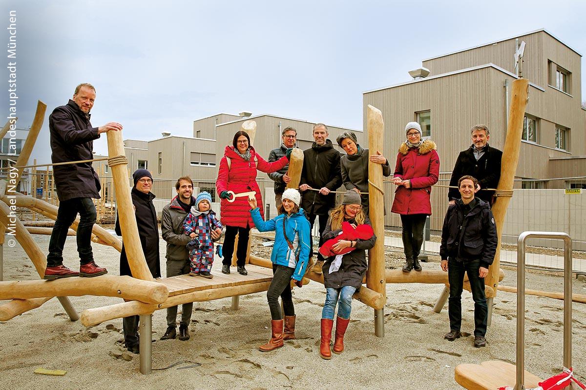 """Im März 2020 übergab Stadtbaurätin Elisabeth Merk (Mitte) den Mitgliedern der Baugemeinschaft """"Der Kleine Prinz"""" an der Jörg-Hube-Straße im Prinz-Eugen-Park den symbolischen Schlüssel."""