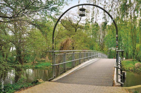 In Mecklenburg-Vorpommern wurde die Fußgänger- und Radfahrerbrücke an der Fritz-Reuter-Allee in Bützow nachhaltig saniert.