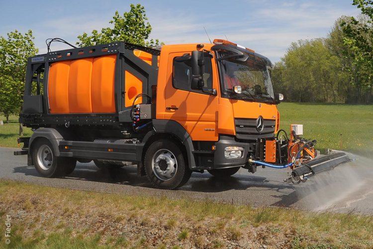 LKW mit Tanksystem bei der Straßenreinigung