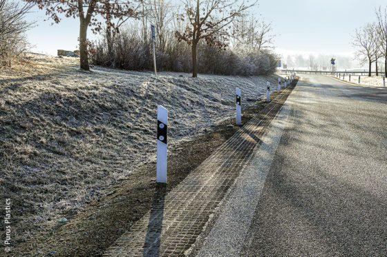 Die Bodengitter von Puus Plastics sind besonders robust, UV- und witterungsfest und dienen zur Befestigung von Fahrbahnrändern.