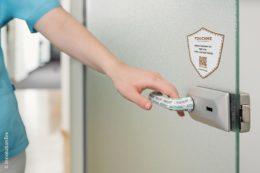 Ein Überzug für Türgriffe mit einem besonderen Wirkstoff auf Basis von Silberchlorid schützt und eliminiert dauerhaft alle Viren, Bakterien und Pilze. Der Überzug ist waschbar, elastisch und in vielen Farben lieferbar