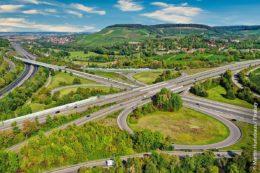 Das Autobahnkreuz Weinsberg zwischen der A81 und der A6 (links im Hintergrund ist der kleine Ort Erlenbach zu sehen), ist der wichtigste Verkehrsknoten in der Region um Heilbronn.