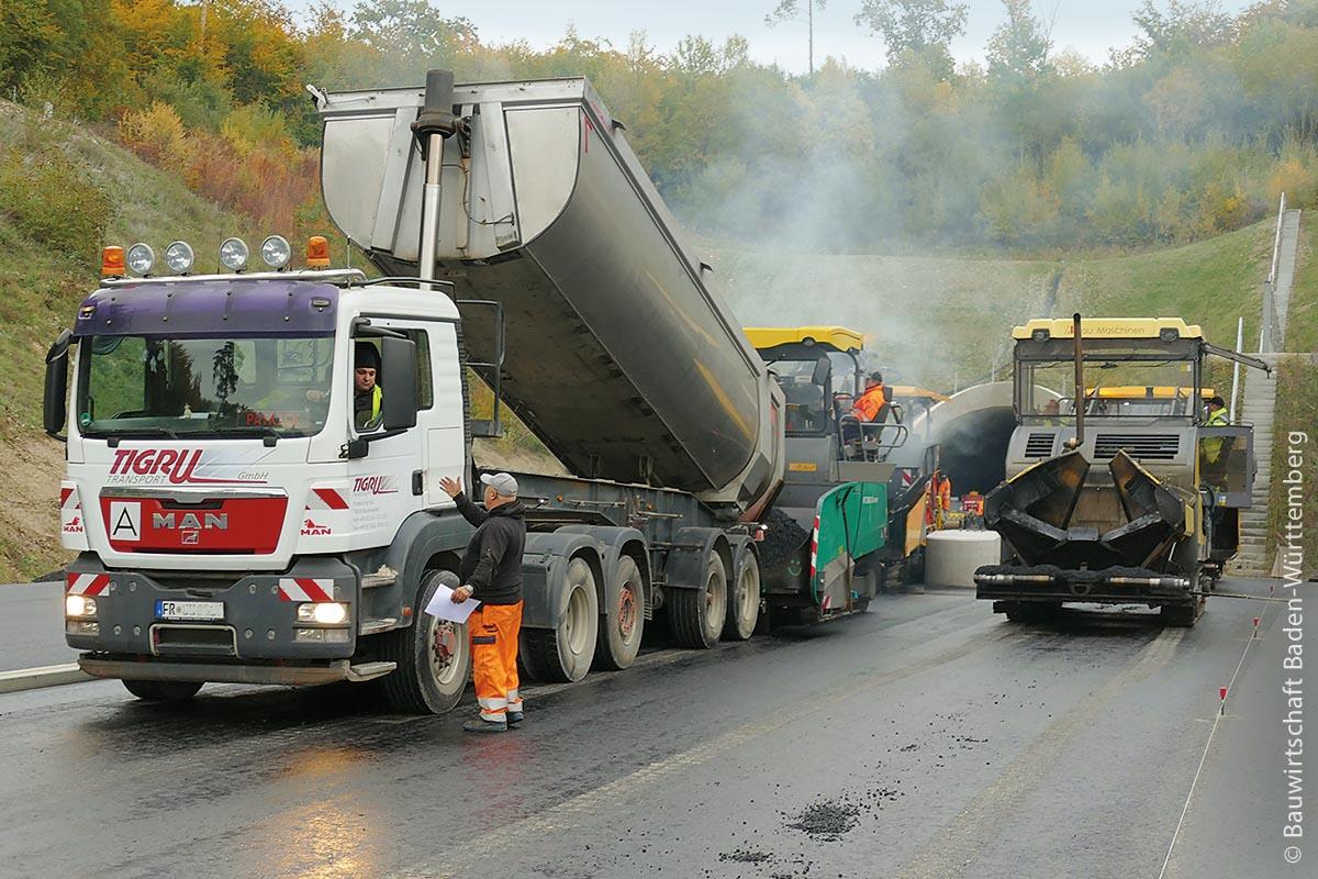 Baden-Württemberg ist auf eine gut ausgebaute und intakte Straßeninfrastruktur angewiesen und will dafür durch Wiederverwertung der Baustoffe eine Vorreiterrolle für den Klimaschutz einnehmen.