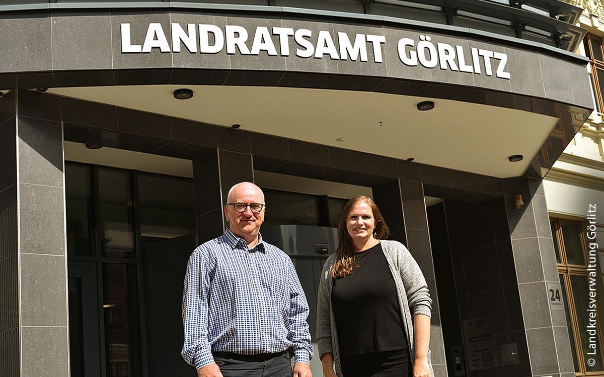 """Immer mehr Institutionen und Behörden wagen den Weg in die Cloud: Monique Kittan (rechts) und Olaf Windisch (links) vom Landkreis Görlitz verantworten das Projekt """"Datenaustauschplattform"""" in der Cloud."""