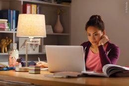 Ein ausreichend ausgeleuchteter Tisch mit einem Licht, das flexibel verstellbar ist, ist die beste Lösung für den häuslichen Arbeitsplatz.
