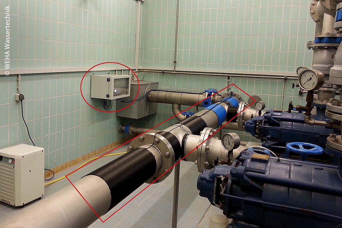 """Wasserwerk in Nersingen: Ein Spulensystem, von außen am Rohr angebracht, bewirkt, dass Kalk mittels elektromagnetischer Wellen direkt im Wasser auskristallisiert und sich nicht mehr als harter Belag an Oberflächen zeigt. Er bleibt als Mikrokristall, als feiner """"Staub"""", im Wasser in der Schwebe."""