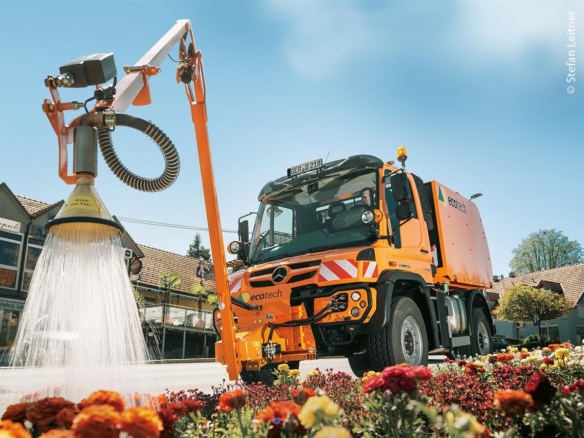 Das maschinelle Gießen mit dem ecotech Gießarm und dem multifunktionellen Wassertank erfolgt praktisch und sicher von der Fahrerkabine aus. Auf dem Unimog können je nach Modell 3.000 bis 5.000 Liter Wasser transportiert werden.
