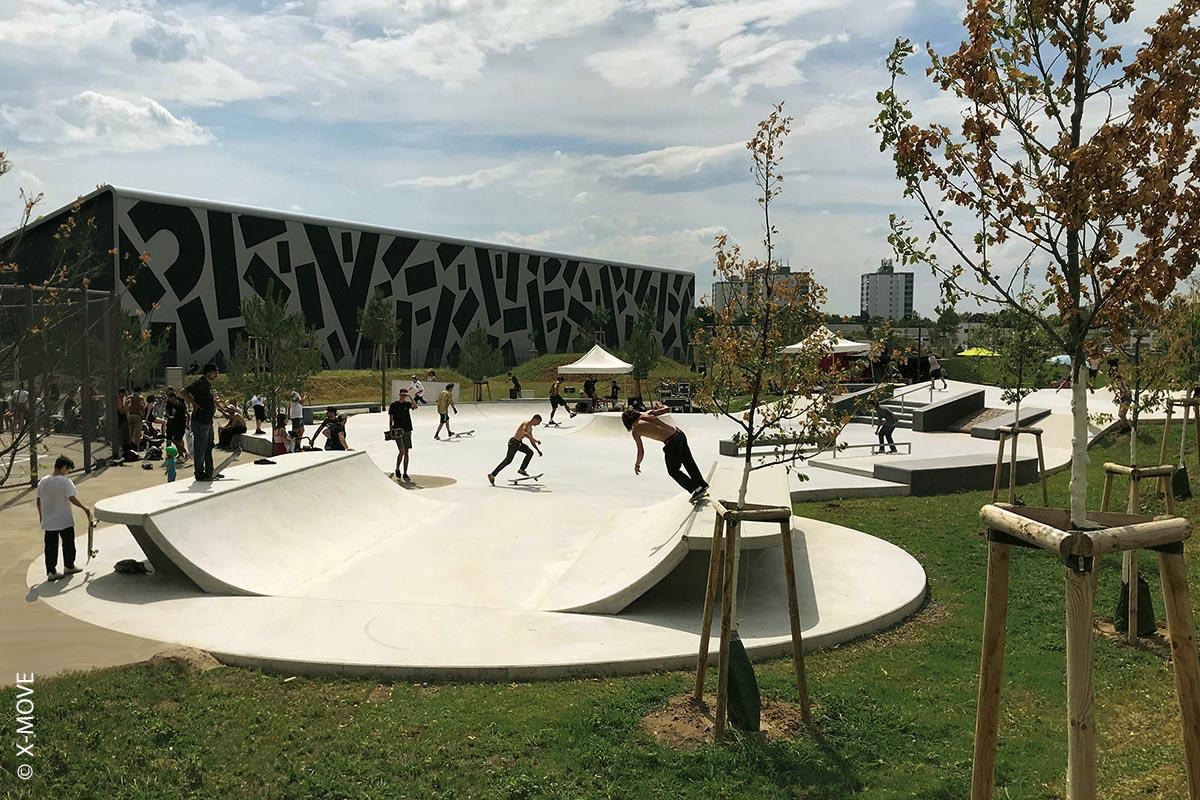 Der Skatepark im Mannheimer Taylor Park bedient sich der natürlichen Höhenunterschiede: Verschiedene Banks als Auf- und Abfahrten, eine gepflasterte Gap zum Überspringen sowie eine Treppe mit Ledges und Rail greifen gestalterisch die verschiedenen Untergrundniveaus auf.