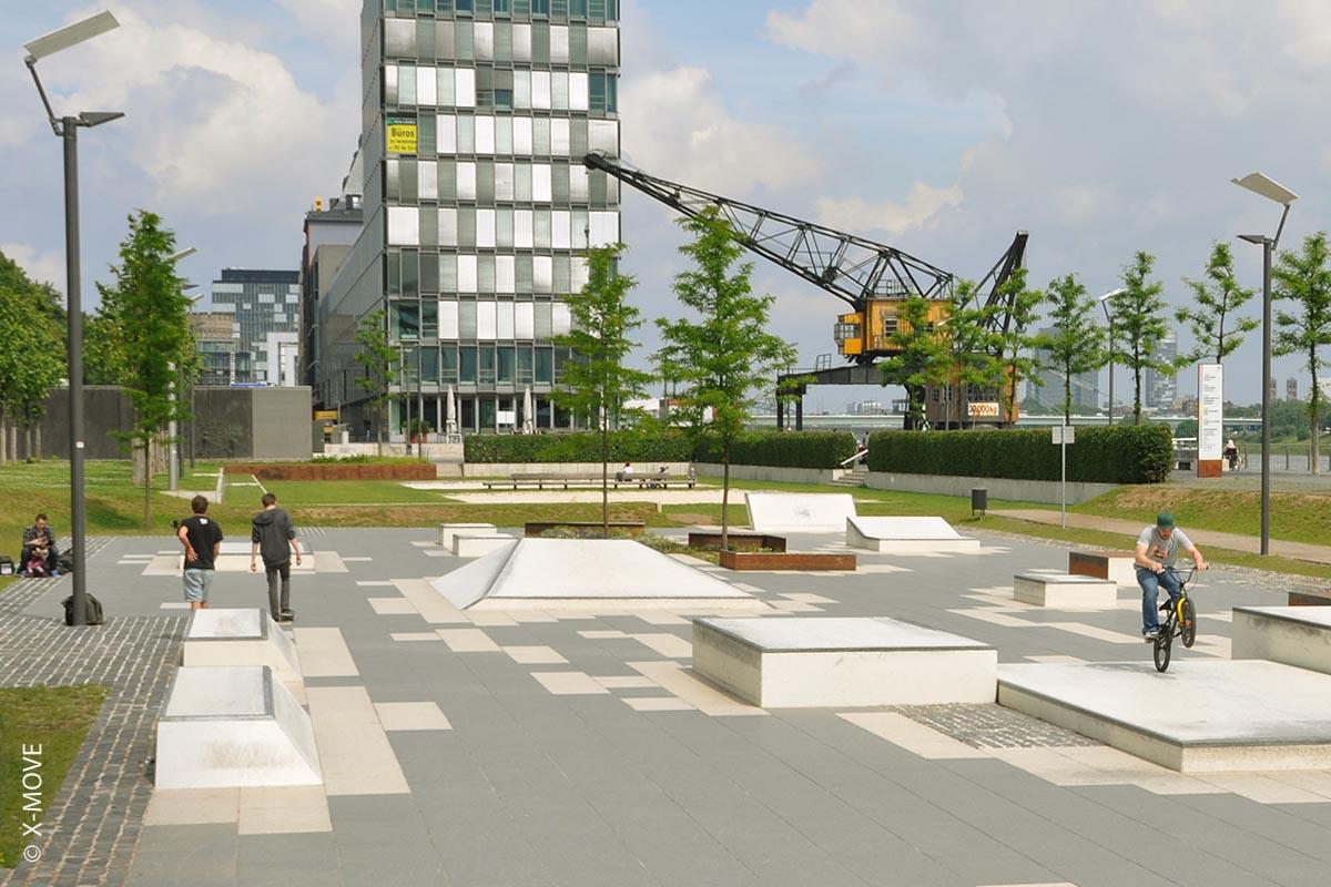 Alle Beton-Elemente in Köln sind aus der urbanen Architektur übernommen. Ein solcher Street-Plaza bietet durch seine Platzgröße und Vielseitigkeit nahezu unendliche Kombinationsmöglichkeiten für Tricks und Lines. Die Anlage, welche bereits 2008 gebaut wurde ist noch heute beliebt und bekannt bei Skatern aus ganz Deutschland.