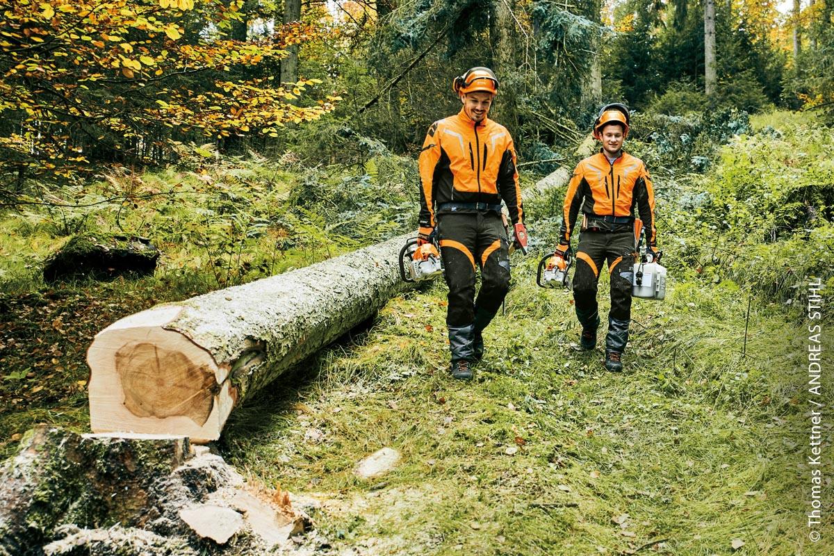 Orangefarbene Markierungen auf der Schutzkleidung sorgen für eine bessere Sichtbarkeit, besonders im Wald.