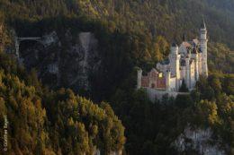 Schloss Neuschwanstein ist im Freistaat Bayern die unangefochtene Touristenattraktion Nummer eins und gehört auch zu den meistbesuchten Schlössern und Burgen Europas. Rund 1,4 Millionen Menschen jährlich besichtigen das Märchenschloss König Ludwigs II. von Bayern in Schwangau im Allgäu, das zurzeit umfassend renoviert wird. Die Arbeiten sollen bis Ende 2023 abgeschlossen sein.