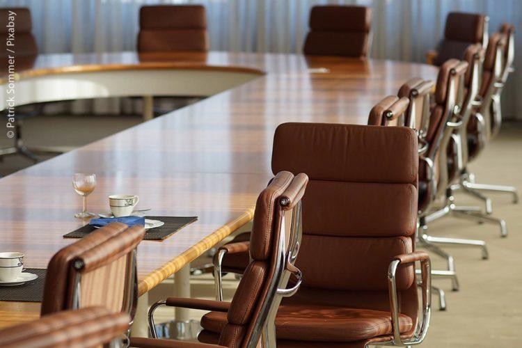 In Zeiten von Corona bleiben die meisten Stühle bei Gemeinderatssitzungen oftmals leer, dass sich ein oder zwei Dutzend Gemeindeverantwortliche an einen Tisch setzen, ist inzwischen eine Seltenheit. Wichtig ist daher, dass Gemeinden die notwendige Technik anschaffen, um Videokonferenzen bzw. Hybrid-Konferenzen möglich zu machen.