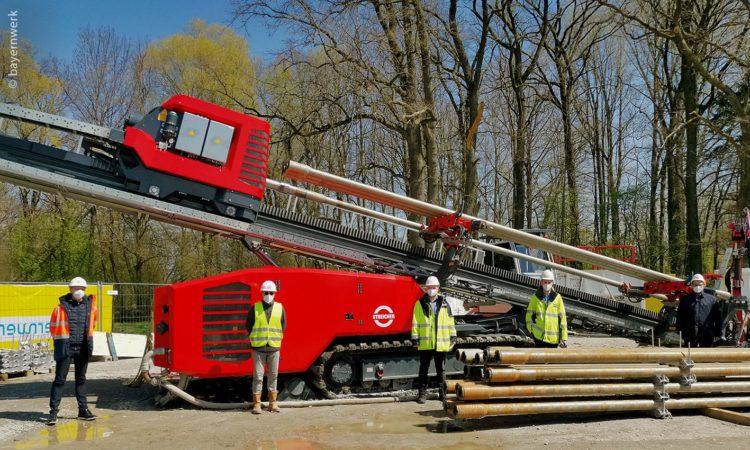 Der mächtige Spezialbohrer unterstützt im bayerischen Plattling Bauarbeiten zur Stärkung des örtlichen Stromverteilnetzes und zur Integration erneuerbarer Energien vor Ort.