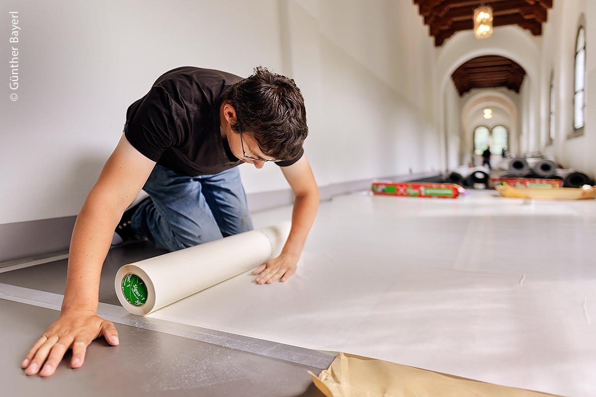 Der patentierte mikroperforierte Spezial-Folienträger UZIN Sigan ist doppelseitig klebend. Er eignet sich für die Verlegung von textilen und elastischen Bodenbelägen, die später rückstandsfrei wieder entfernt werden können.
