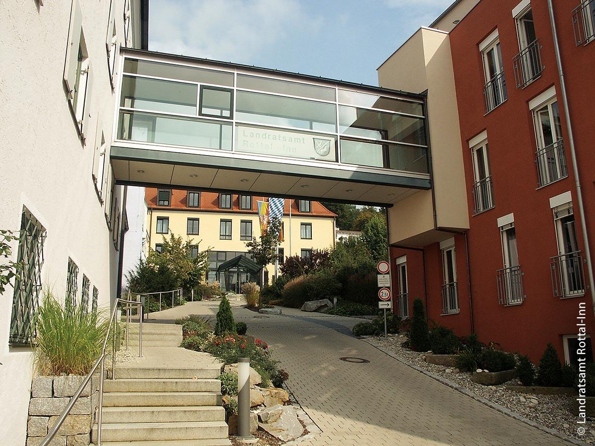Zufriedene Bürger durch hochwertige Dienstleistungen: Das Landratsamt Rottal-Inn hat ein QM-System auf Basis einer Software eingeführt.
