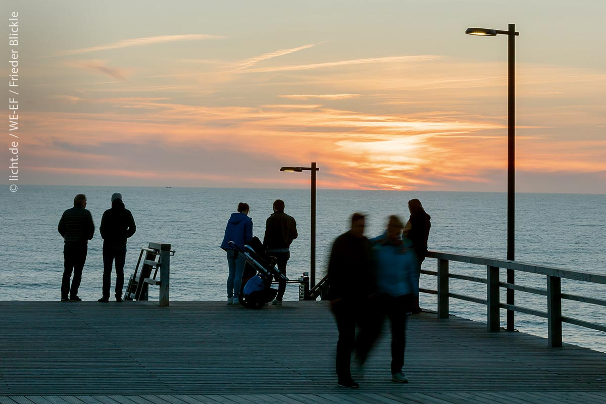 In den Abendstunden und bei Nacht sorgen an der Strandtreppe Mastleuchten für eine atmosphärische Beleuchtung der Anlage. Die Lichtverteilung ermöglichen Linsen, die mit ihrer asymmetrisch nach vorne gerichteten breiten Abstrahlung Stufen und Podeste gleichmäßig ausleuchten.