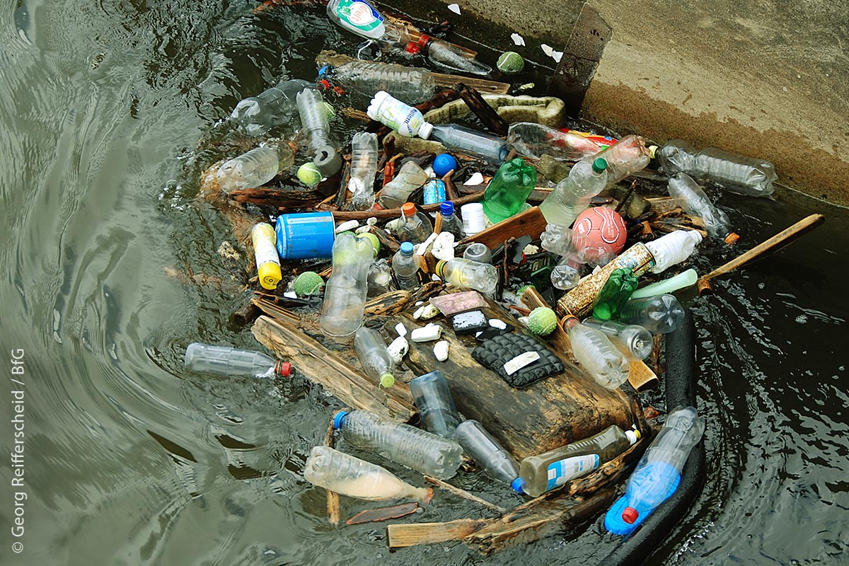 Besitzt ein See ein oder mehrere Zuflüsse, sammeln sich die Plastikabfälle an Strömungshindernissen an und zerfallen im Laufe vieler Jahre zu immer kleineren Teilen, wenn sie nicht rechtzeitig aus dem Wasser gefischt werden.