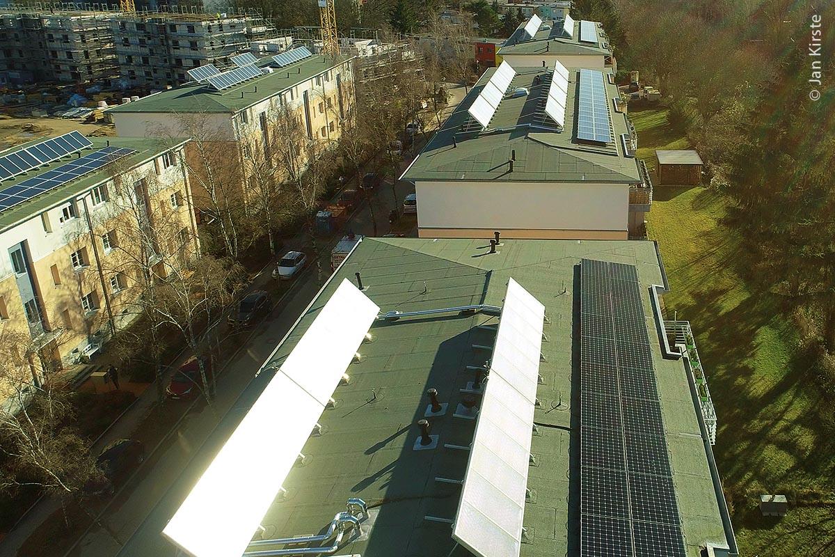 Aufgestockte und sanierte Gebäude mit Solarzellen in Berlin Lichterfelde