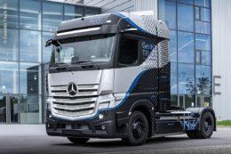 Prototyp des Mercedes-Benz-GenH2-Truck: Im April 2020 kündigte die Daimler Truck AG zusammen mit der Volvo Group die geplante Gründung eines neuen Joint Ventures an. Ziel ist die serienreife Entwicklung, Produktion und Vermarktung von Brennstoffzellensystemen für den Einsatz in schweren Nutzfahrzeugen und anderen Anwendungsfeldern. Dieser CO2-neutrale Truck ist das Ergebnis nach einem Jahr Arbeit.