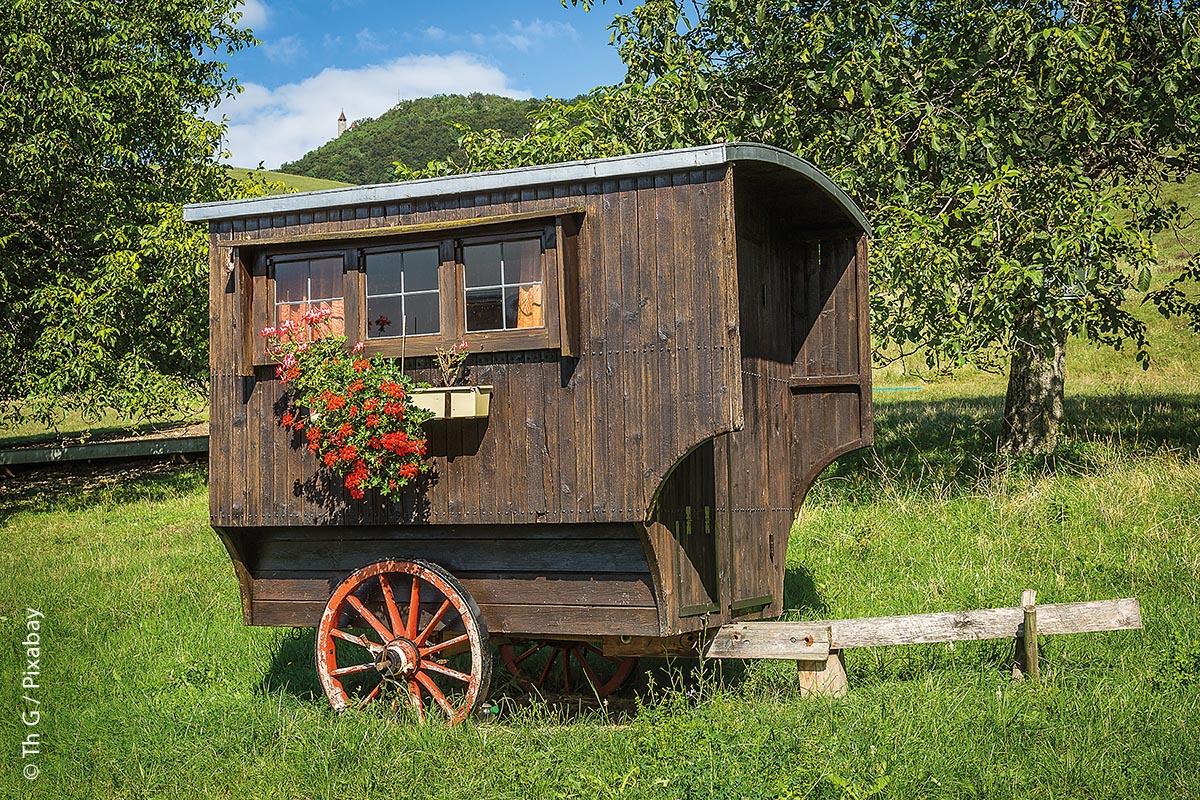 Ein Schäferwagen zum Übernachten in der Nähe der Schafherde, hat seine Vorteile.