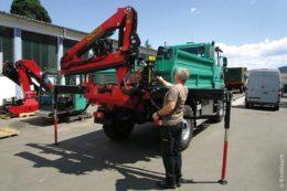 Mit einem angebauten Kran lassen sich zügig schwere und sperrige Teile verladen.