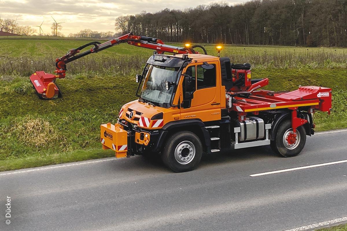 Beim Vor- und Rückschwenken des Auslegers wird das Arbeitsgerät automatisch parallel zum Fahrzeug geführt.