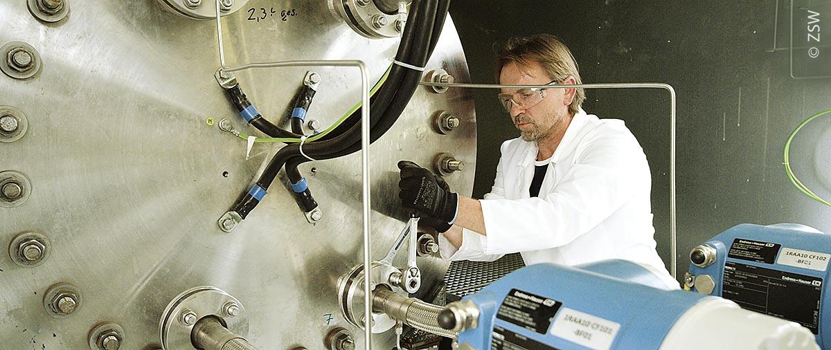 Montage des am ZSW entwickelten alkalischen Elektrolyseblocks in der Forschungsanlage in Grenzach-Wyhlen